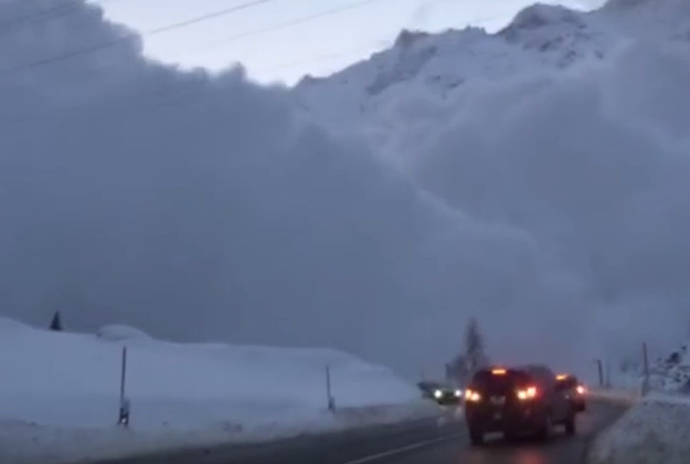 Cars begin reversing as the avalanche encroaches. Image by Screengrab via Youtube