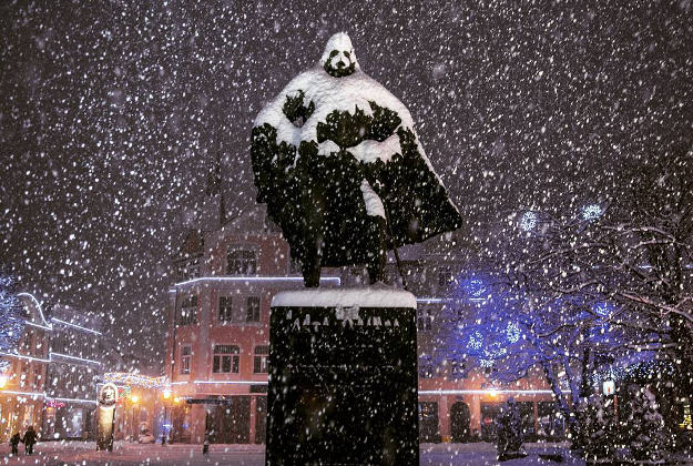 A statue in Poland - of a 17th century nobleman named Jakub Wehjer - started looking like Darth Vader after a snow day in Wejherowo, Poland. The photo, posted on Instagram by the town's local newspaper, has gone viral.