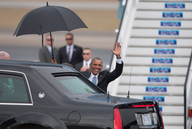 Barack Obama waves at journalists on arrival in Cuba