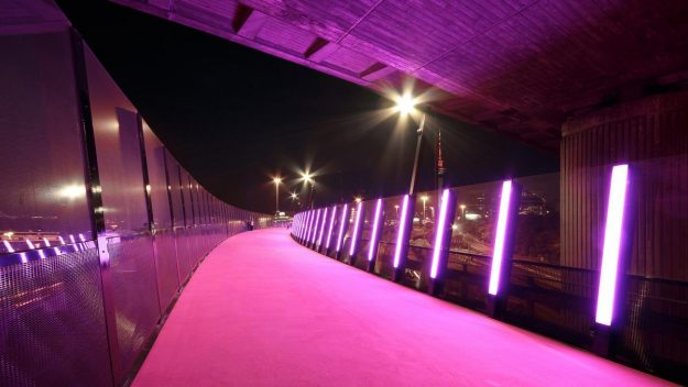The pink Nelson Street Cycleway in Auckland, New Zealand. Image: Monk Mackenzie Architects