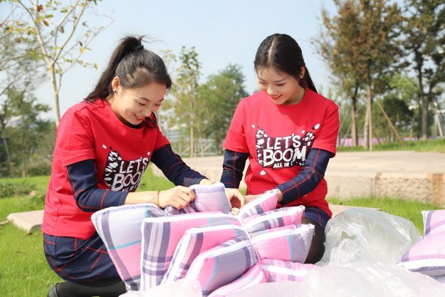 3000 quilts are aired in the sun ahead of China's forthcoming 'Singles Day.' Image: ImagineChina