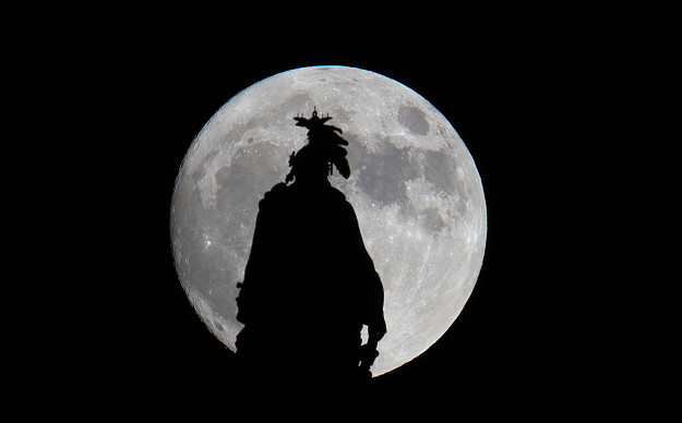 A super moon rises over the Statue of Freedom on the Capitol dome in Washington, DC November 13, 2016. The supermoon will venture to its closest point in 68 years, leaving only 221,524 miles (356,508 km) between Earth and the moon.