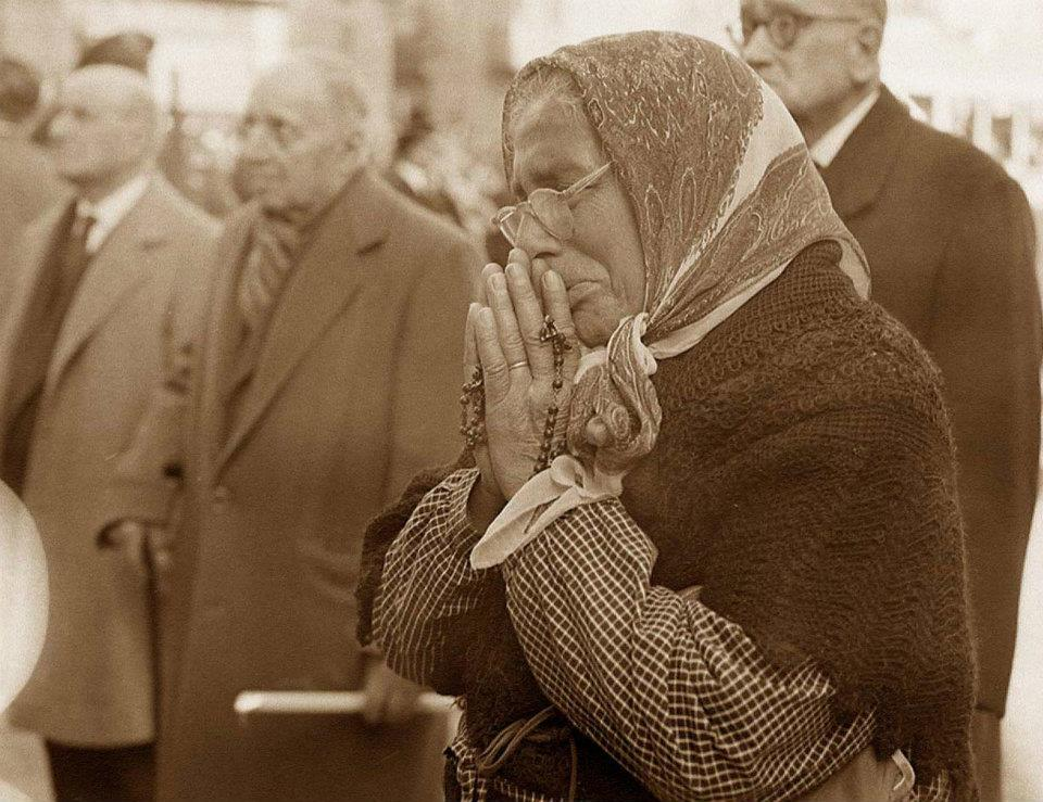 Fernández recognised one of the shots from Sponheim's collection – an image of a woman in prayer.