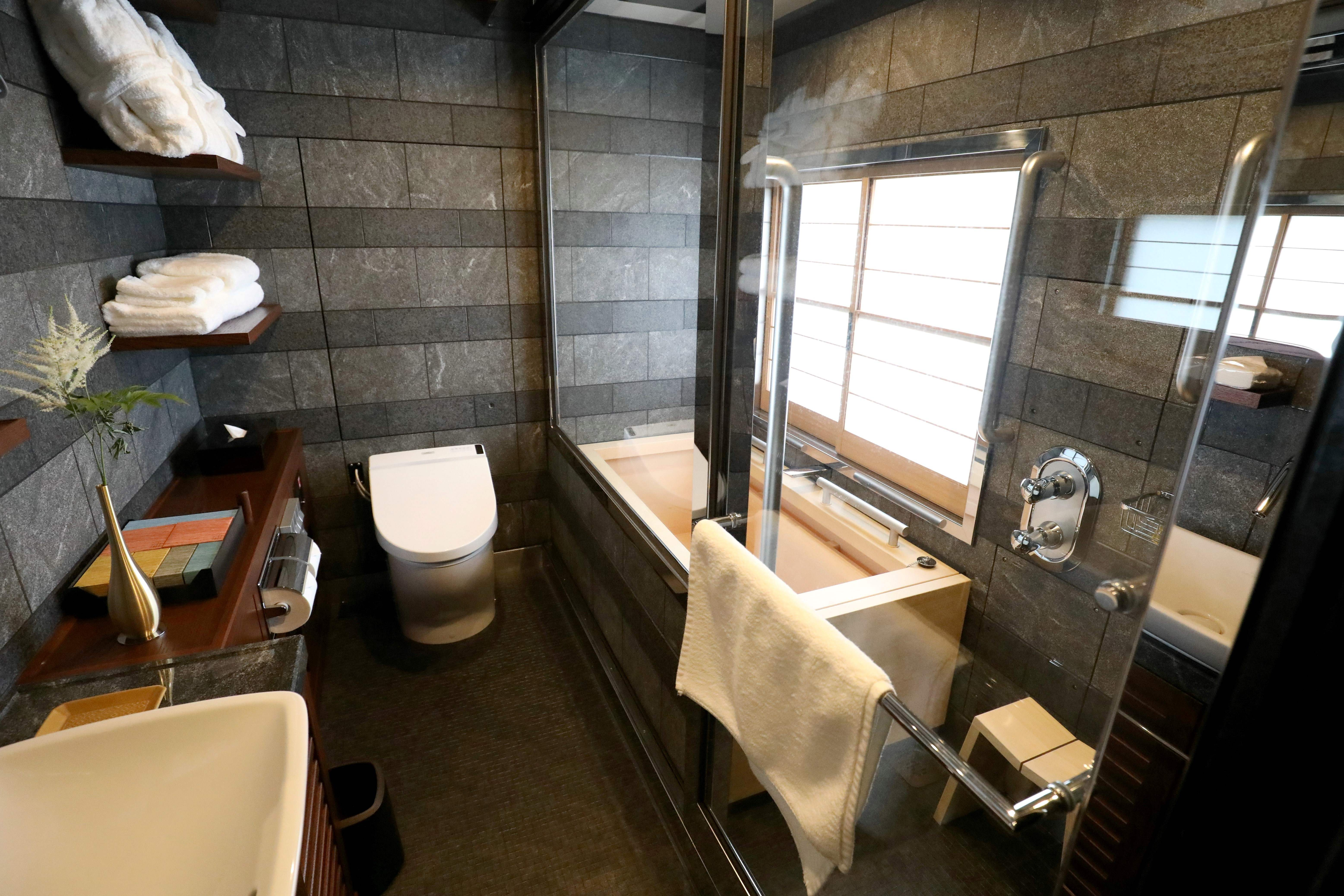 The bathroom of the Shiki-Shima Suite of the Train Suite Shiki-Shima.