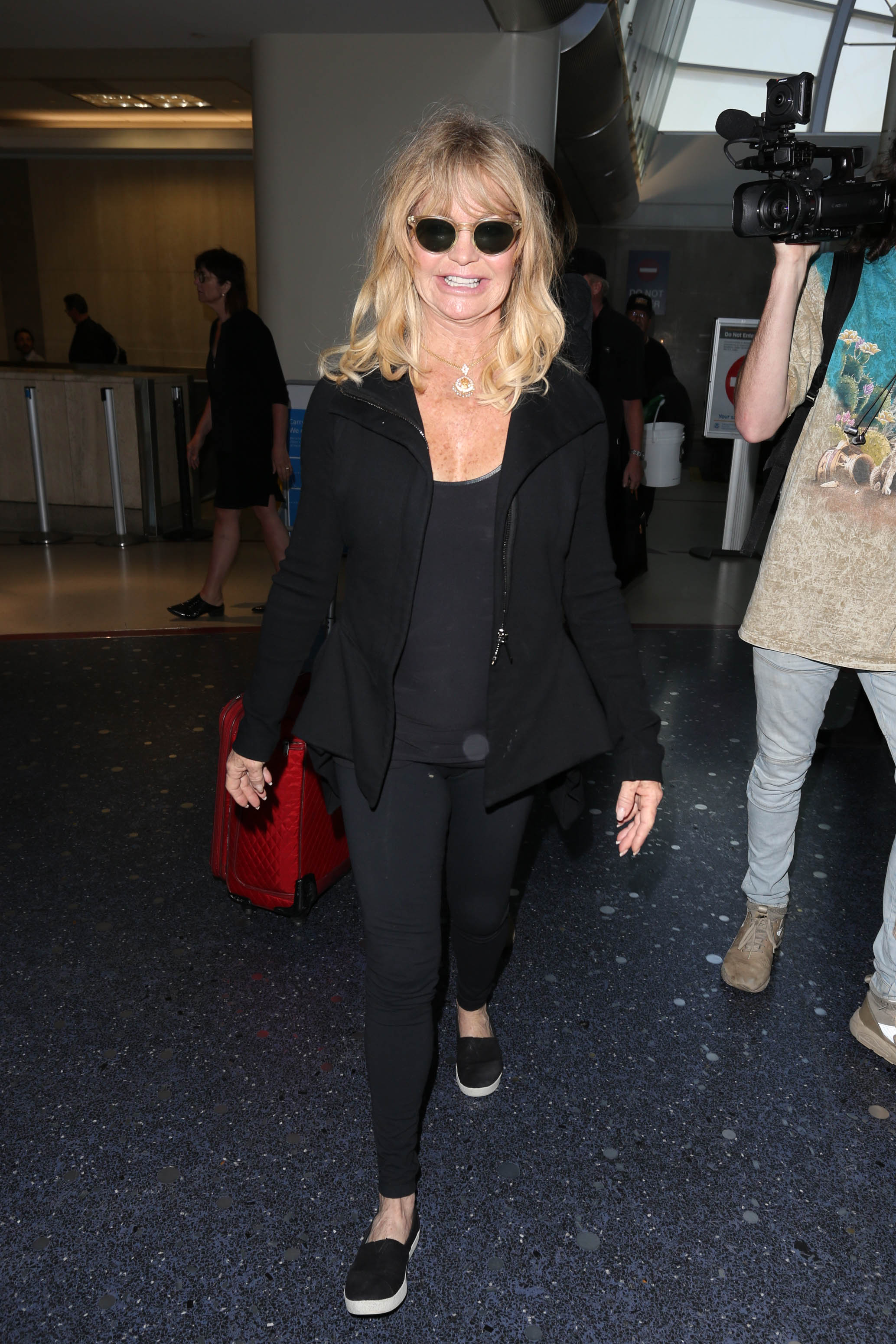 Goldie Hawn is seen at LAX. Image: Starzfly/Bauer-Griffin/GC Images