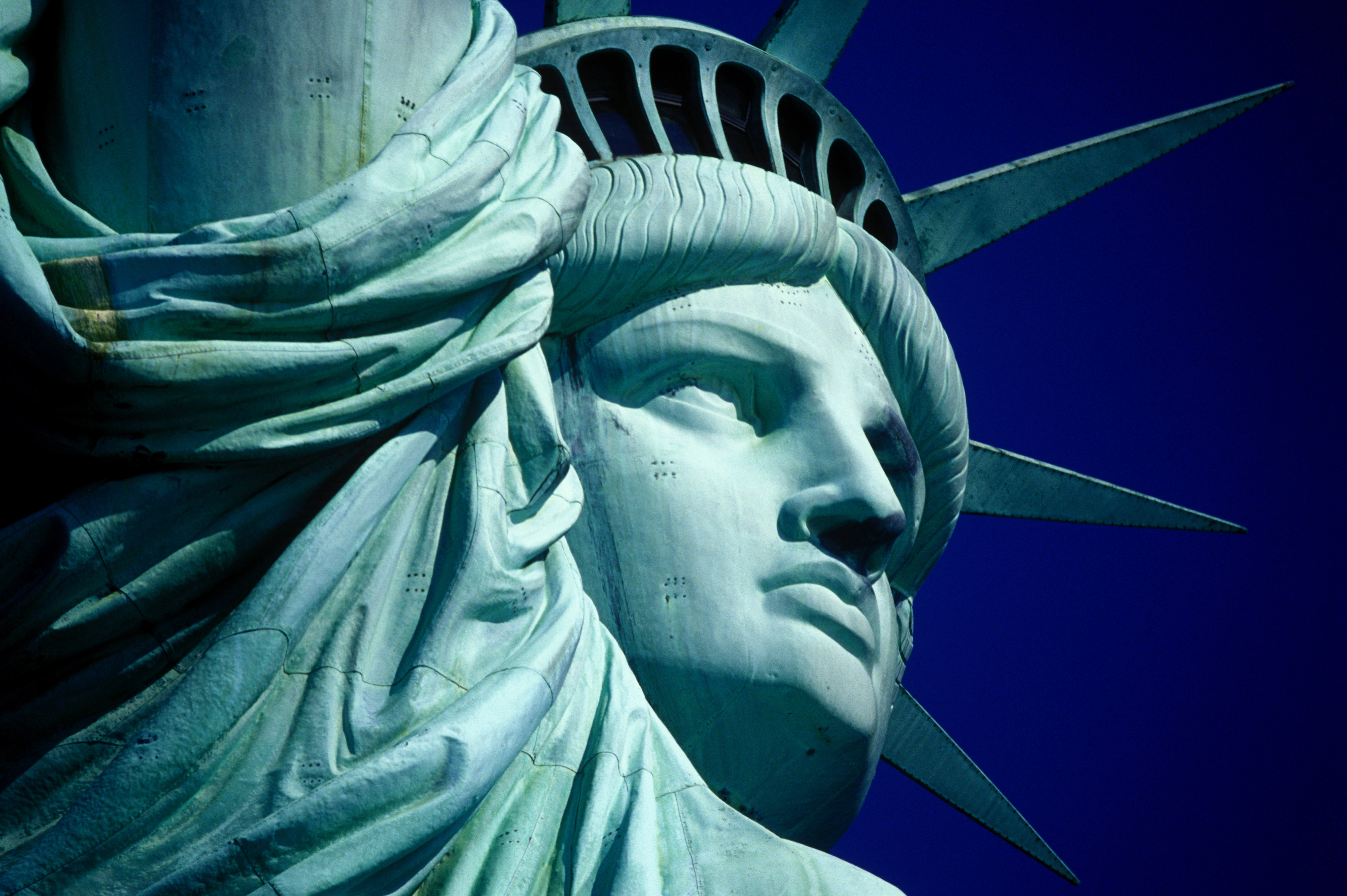 ever wondered why the statue of liberty is that green blue color